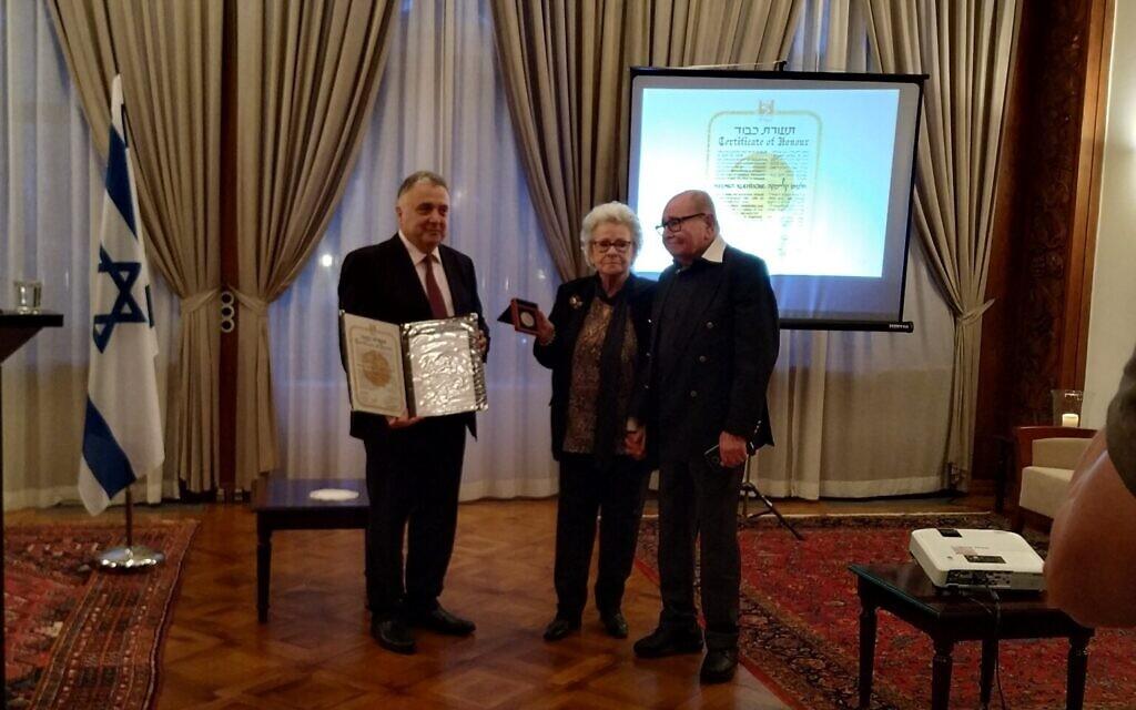 L'ambassadeur israélien en Allemagne Jeremy Issacharoff, à gauche, Julia Scheffzek et Josef Konigsberg, lors de la cérémonie en l'honneur d'Helmut Kleinicke à l'ambassade de Berlin, le 14 janvier 2020. (Yaakov Schwartz/ Times of Israel)