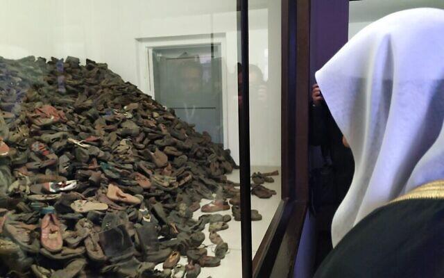 Le secrétaire général de la Ligue islamique mondiale Mohammed al-Issa devant une pile de chaussures ayant appartenu à des Juifs assassinés à Auschwitz, le 23 janvier 2020. (Yaakov Schwartz/Times of Israel)