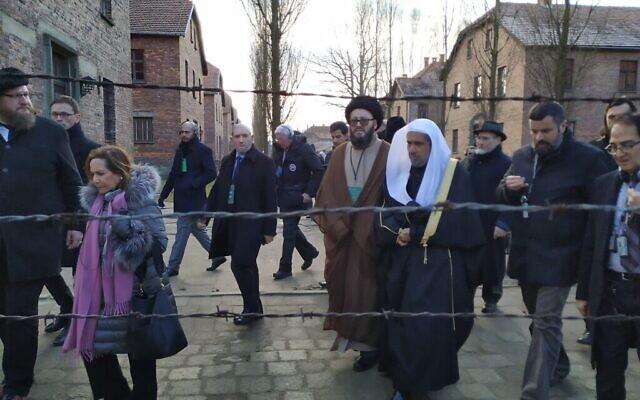 Une délégation interconfessionnelle à Auschwitz dont le secrétaire général de la Ligue islamique mondiale, Mohammed al-Issa (coiffé de blanc), le 23 janvier 2020. (Yaakov Schwartz/ Times of Israel)
