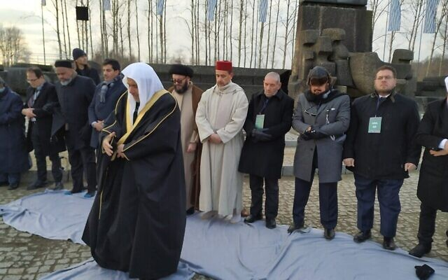 Le secrétaire général de la Ligue islamique mondiale Mohammed al-Issa dirige une prière à la mémoire des victimes du camp de Birkenau, le 23 janvier 2020. (Yaakov Schwartz/ Times of Israel)