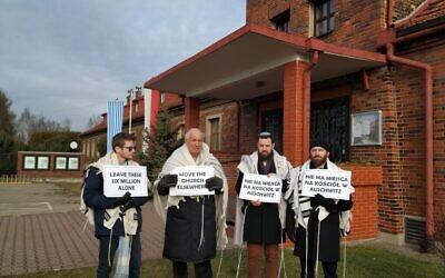 De gauche à droite, les rabbins Shabbos Kestenbaum, Avi Weiss, Ezra Seligsohn et Jonathan Leener protestent contre l'emplacement d'une église dans un ancien quartier général SS en face de l'ancien camp de la mort nazi de Birkenau, le 27 janvier 2020. (Yaakov Schwartz/ Times of Israel)