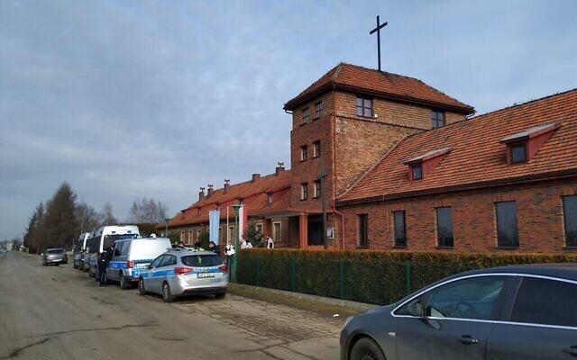 Une église dans un ancien quartier général SS en face de l'ancien camp de la mort nazi de Birkenau, le 27 janvier 2020. (Yaakov Schwartz/ Times of Israel)