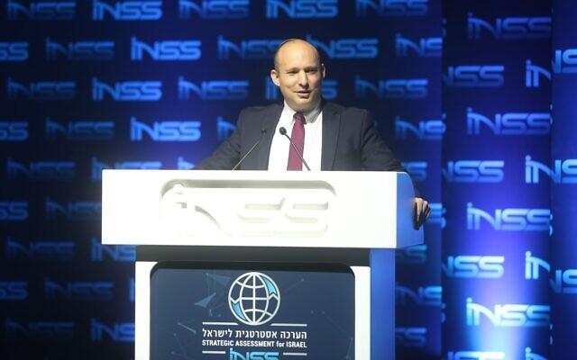 Le ministre de la Défense Naftali Bennett à une conférence de l'Institute for National Security Studies à Tel Aviv, le 29 janvier 2020. (Crédit : Ariel Hermoni/ministère de la Défense)