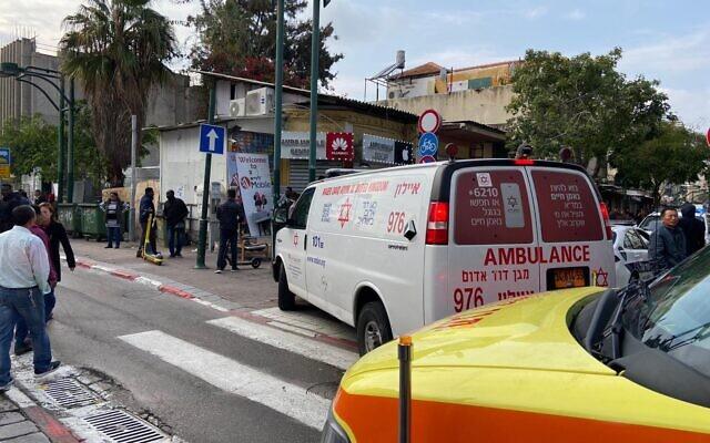 Les lieux d'une attaque à l'arme blanche dans la ville cisjordanienne de Kiryat Arba, le 18 janvier 2020 (Crédit : Magen David Adom)