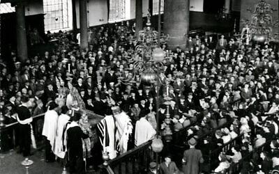 Photo célèbre de cérémonies à la synagogue portugaise d'Amsterdam le 9 mai 1945, en présence de survivants de la Shoah. (Domaine public)