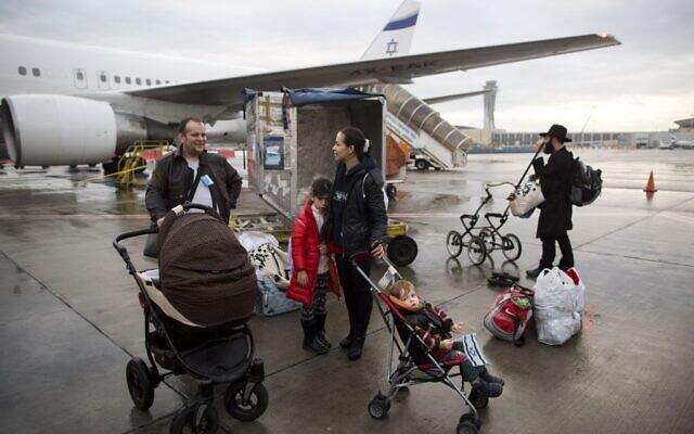 Illustration : Des immigrants juifs d'Ukraine arrivent à l'aéroport international Ben Gurion. (AP Photo/Oded Balilty, File)