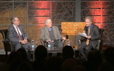 """Les co-auteurs David Makovsky (à l'extrême gauche) et l'ambassadeur Dennis Ross, avec le rédacteur en chef fondateur du """"Times of Israel"""", David Horovitz, à la Bibliothèque nationale d'Israël, le 6 janvier 2020. (Udi Alfassi/Tranquilo Productions)"""
