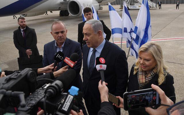 Le Premier ministre Benjamen Netanyahu (au centre), le ministre Yuval Steinitz (à gauche), et Sara Netanyahu, à l'aéroport international Ben Gurion avant le départ pour Athènes, le 2 janvier 2020. (Haim Zach / GPO)