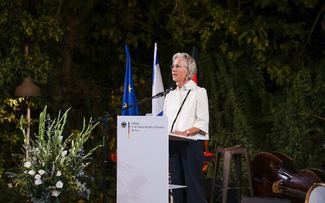 L'ambassadrice d'Allemagne en Israël, Susanne Wasum-Rainer, prononçant un discours à Tel Aviv à l'occasion de la Journée de l'unité nationale allemande, le 3 octobre 2019 (Noam Moskowitz)