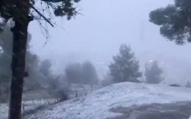 Capture d'écran d'une vidéo de la neige tombant sur la ville de Safed, dans le nord du pays, le 21 janvier 2020. (Twitter)