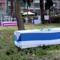 Faux cercueils américains et israéliens dans une cour de Téhéran le 22 janvier 2019. (Capture d'écran de la Douzième chaîne)