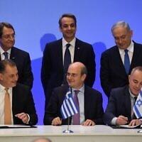 De droite à gauche : Au premier rang, le ministre israélien de l'Energie Yuval Steinitz, le ministre grec de l'Energie Kostis Hatzidakis et le ministre chypriote de l'Energie Yiorgos Lakkotrypis signent l'accord sur le pipeline EastMed dans la capitale grecque Athènes le 2 janvier 2020, tandis qu'au dernier rang, le Premier ministre Benjamin Netanyahu, le Premier ministre grec Kyriakos Mitsotakis et le Président chypriote Nicos Anastasiades les observent. (Haim Zach/GPO)