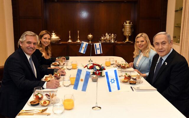Le Premier ministre Benjamin Netanyahu, à droite, et son épouse Sara, deuxième à gauche, accueillent le président argentin  Alberto Fernandez, à gauche, et sa conjointe Fabiola Yanez à Jérusalem, le 24 janvier 2020 (Crédit : Haim Zach/GPO)