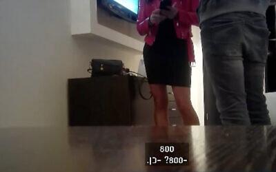 Une prostituée se fait payer par un policier en civil sur des images filmées par une caméra cachée et diffusées par la Treizième chaîne. (Treizième chaîne/capture d'écran)
