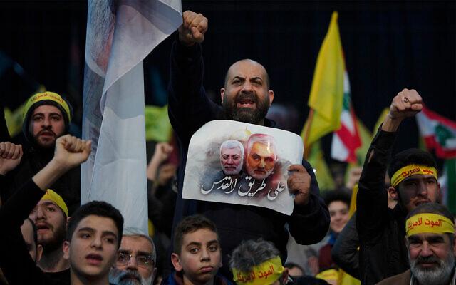 Des partisans du chef terroriste du Hezbollah, Hassan Nasrallah, scandent des slogans avant son discours télévisé dans une banlieue sud de Beyrouth, au Liban, le 5 janvier 2020. (Crédit : AP Photo/Maya Alleruzzo)