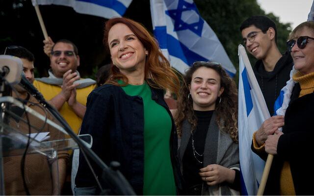 Stav Shaffir lors d'une conférence de presse sur le boulevard Rothschild à Tel Aviv, annonce qu'elle ne se présentera pas aux prochaines élections, le 15 janvier 2020. (Miriam Alster/FLASH90)