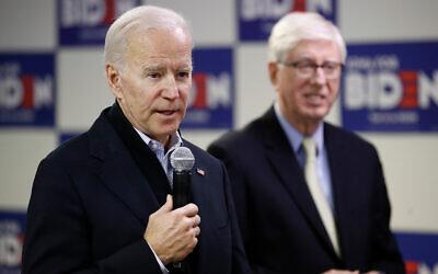 Le candidat démocrate à la présidence Joe Biden, (à gauche), aux côtés du ministre de la Justice de l'Iowa Tom Miller, lors d'un arrêt dans un bureau de campagne à Des Moines (Iowa), le 13 janvier 2020. (AP/Patrick Semansky)