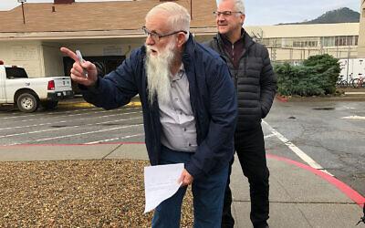 """James """"Sneaky"""" White Jr., quelques instants après sa libération de prison, le 21 janvier 2020 (Crédit : Alix Wall via JTA)"""