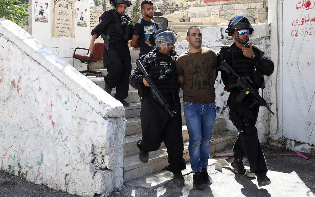 Des Palestiniens sont arrêtés lors d'affrontements avec la police israélienne dans le quartier de Jérusalem d'Issawiya, le 28 juin 2019, un jour après qu'un Palestinien a été abattu par un policier lors de manifestations dans le même quartier. (AP Photo/Mahmoud Illean)