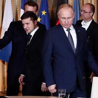 Le président russe Vladimir Poutine, à droite, et le président ukrainien Volodymyr Zelensky arrivent pour une séance de travail au Palais de l'Elysée, le 9 décembre 2019 à Paris. (Crédit : Ian Langsdon/Pool via AP)