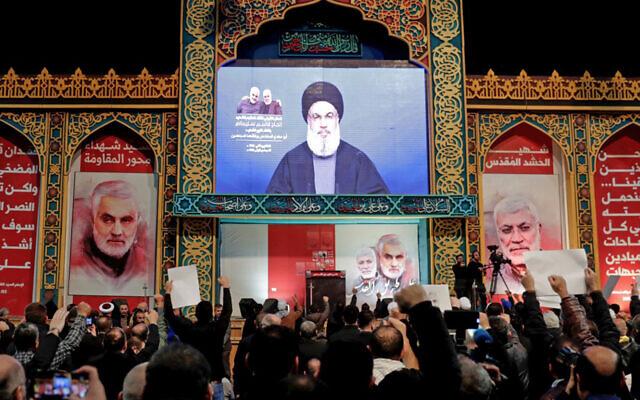 Les partisans du groupe terroriste chiite du Hezbollah lors d'un discours de leur leader Hasan Nasrallah, diffusé sur écran, dans la banlieue sud de la capitale libanaise, Beyrouth, le 5 janvier 2020. (Crédit : Anwar Amro / AFP)