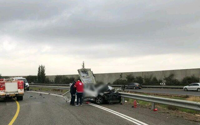 La scène d'une explosion sur la Route 6, le 5 janvier 2019 (Crédit : Magen David Adom)