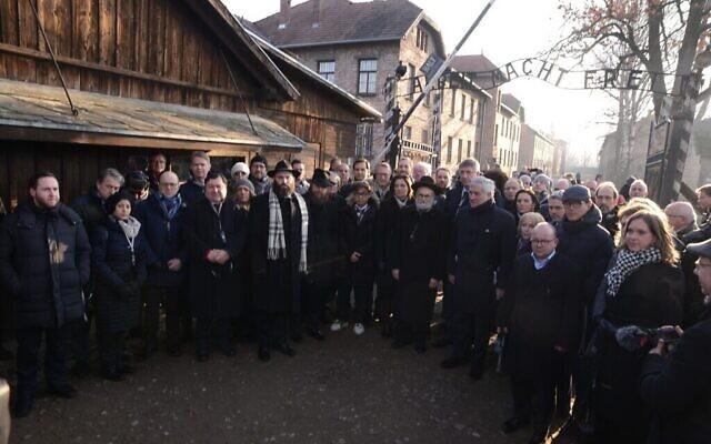 Des membres de la délégation de l'EJA devant les portes d'Auschwitz, le 21 janvier 2020. (Yoni Rykner/ EJA)