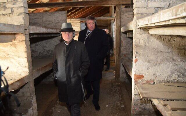 """Des membres de la délégation de l'EJA traversent un baraquement de Birkenau, connu sous le nom de """"baraquement de la mort"""", où les femmes étaient envoyées lorsqu'elles étaient proches de la mort, le 21 janvier 2020. (Yoni Rykner/ EJA)"""