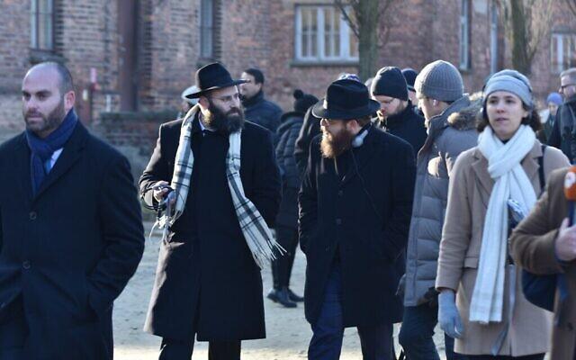 Le rabbin Menachem Margolin, (à gauche), et le rabbin Slomo Koves, lors d'une visite d'Auschwitz dans le cadre de la délégation de l'EJA, le 21 janvier 2020. (Yoni Rykner/ EJA)