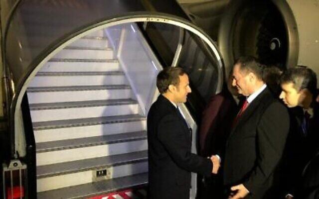 Le président français Emmanuel Macron, (à gauche), est accueilli en Israël par le ministre des Affaires étrangères Israel Katz, le 21 janvier 2020. (Autorisation)