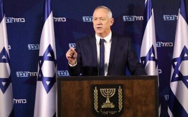 Le président de Kakhol lavan, Benny Gantz, s'adressant à la presse à Ramat Gan, le 25 janvier 2020. (Elad Malka/Kakhol lavan)