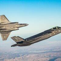 """Des avions-chasseurs du second escadron de F-35, les """"Lions du sud"""", dans le ciel du sud d'Israël (Crédit : Porte-parole de l'armée israélienne)"""