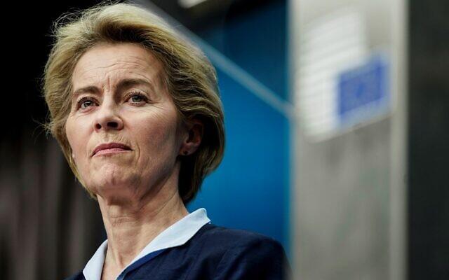 Dans cette photo prise le 13 décembre 2019, la présidente de la Commission européenne Ursula von der Leyen observe la salle lors d'une conférence de presse au bâtiment Europa à Bruxelles. (Photo par KENZO TRIBOUILLARD / AFP)