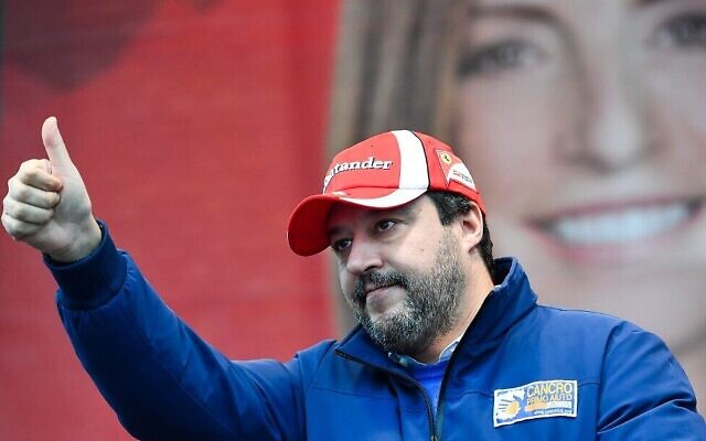Le chef du parti d'extrême droite d'Italie Matteo Salvini salue sur la scène d'un meeting de campagne le 18 janvier 2020 à Maranello, une semaine avant un vote régional décisif en Emilie-Romagne. (Photo d'Andreas SOLARO / AFP)