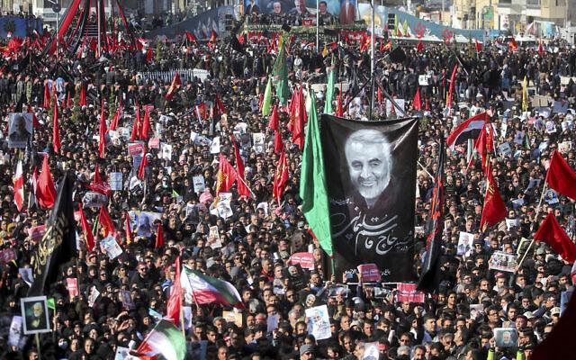 Des personnes endeuillées participent à l'enterrement du général iranien Qassem Soleimani et de ses camarades, qui ont été tués en Irak dans une attaque de drone américain vendredi, dans la ville de Kerman, en Iran, le mardi 7 janvier 2020.  (Erfan Kouchari/Tasnim News Agency via AP)