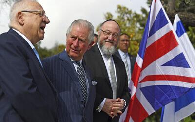 Le prince Charles de Grande Bretagne, au centre, rencontre le président israélien Reuven Rivlin, à gauche, et le rabbin en chef Ephraim Mirvis à sa résidence officielle à Jérusalem, le jeudi 23 janvier 2020. Le prince Charles compte parmi les dizaines de présidents, chefs d'Etat et dignitaires qui sont venus à Jérusalem pour participer au plus grand rassemblement jamais organisé qui se focalise sur la Shoah et la lutte moderne contre l'antisémitisme. (Victoria Jones/Pool via AP)
