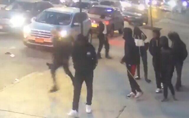 Des adolescents lancent une chaise pliante sur un adolescent ultra-orthodoxe dans une attaque qui n'avait pas été rapportée le 24 décembre 2019. (Capture d'écran)