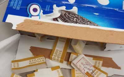 De l'argent liquide caché dans une boîte Oreo qui a été découvert par la douane à l'aéroport Ben Gurion dans la première moitié de 2018. (Fisc israélien)