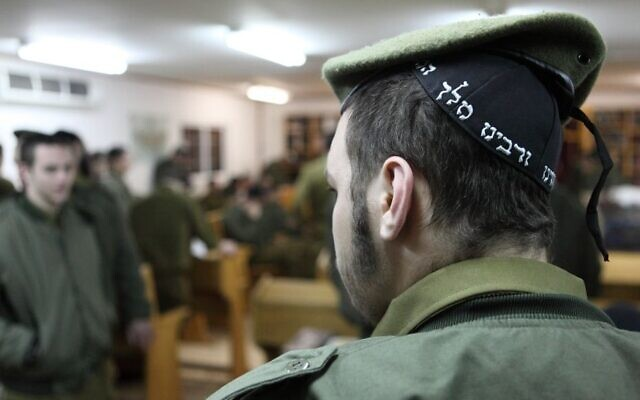 Des soldats ultra-orthodoxes de Tsahal sur la base militaire de Peles dans la vallée du Jourdain. (Yaakov Naumi/Flash90)