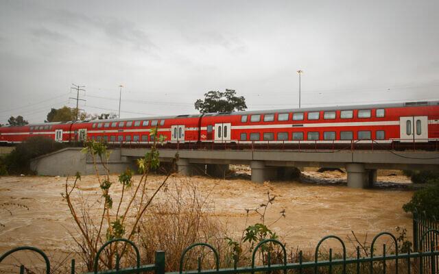 On peut voir un puissant courant d'eau dans la rivière Lakhish après les pluies puissantes à Ashdod, dans le sud d'Israël, le 9 janvier 2020. (Flash90)