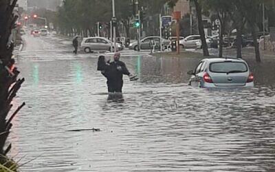 Une femme est secourue des inondations par la police à Ashdod, le 9 janvier 2020. (Police israélienne)