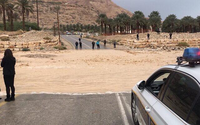 Une route est bloquée par les inondations, le 9 janvier 2020. (Police israélienne)