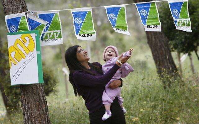 On profite d'une marche dans une forêt financée par le Fond national juif KKL JNF autour de Jérusalem, le 21 avril 2011. (Miriam Alster/Flash90).