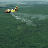 Un avion large des pastilles anti-incendie en utilisant une technologie anti-idencie de haute-altitude HyDrop d'Elbit (Crédit : YouTube).