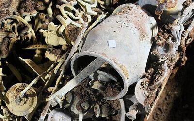 Certains des objets découverts à l'ancienne synagogue de Wieliczka, en Pologne en 2019.  (Crédit : Michał Wojenka via JTA)