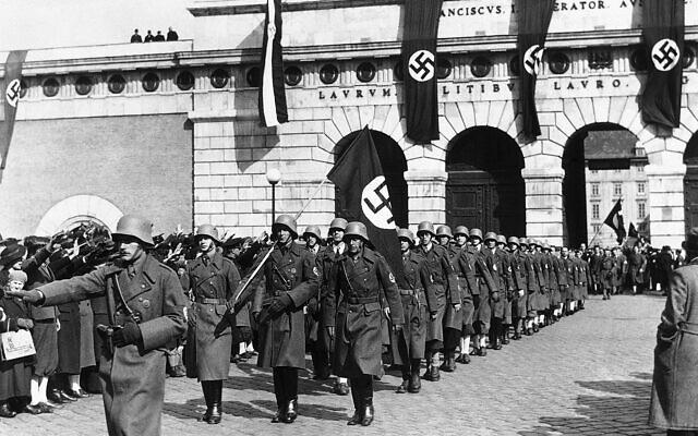 Des soldats allemands défilent en sortant de la Place du Héros à Vienne en Autriche, le 14 mars 1938. (AP)