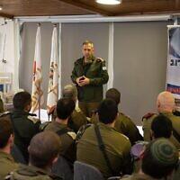 Le chef d'état-major de l'armée Aviv Kohavi parle à un groupe de soldats de la brigade Kfir positionnés à la frontière de Gaza, le 22 janvier 2020. (Crédit : Tsahal)