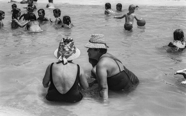 """Assises et bavardant au bord de la mer, de l'exposition """"Emerging from the Shadows"""" à Beit Avi Chai, jusqu'en juin 2020. (Avec l'aimable autorisation de Sarah Ayal)"""