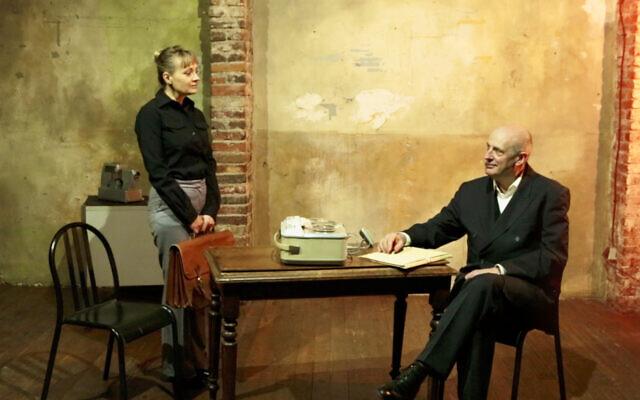 Les comédiens Nadège Perrier et Hervé Van der Meulen dans la pièce de théâtre «Le Corbeau blanc». (Crédit : Antisthene)