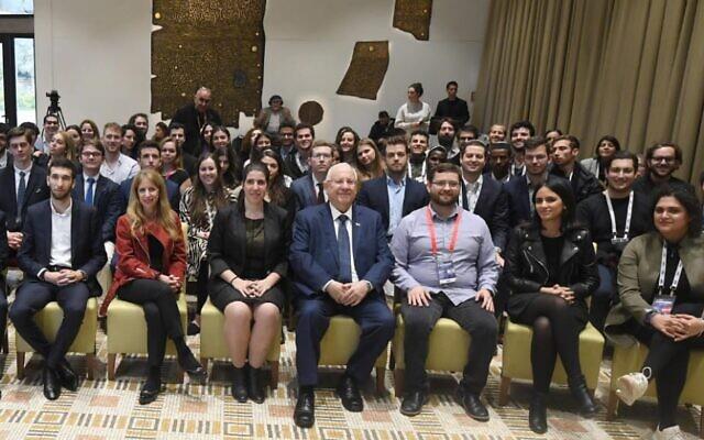 Le Président Reuven Rivlin (au centre) accueille des représentants de l'Union mondiale des étudiants juifs à sa résidence à Jérusalem, le 2 janvier 2020. (Bureau du Président)